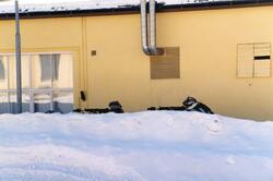 Kasernområde. Militärer bakom snövall.