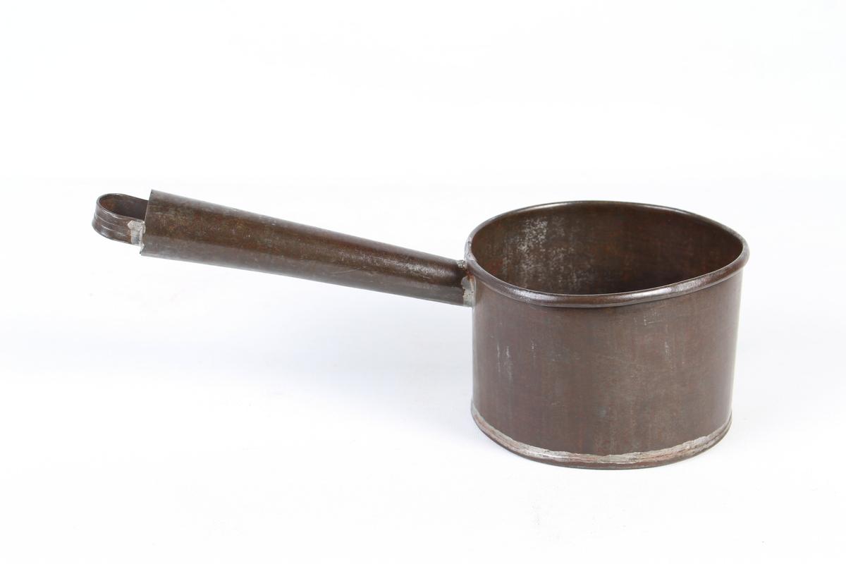 Liten kasserolle med langt handtak.