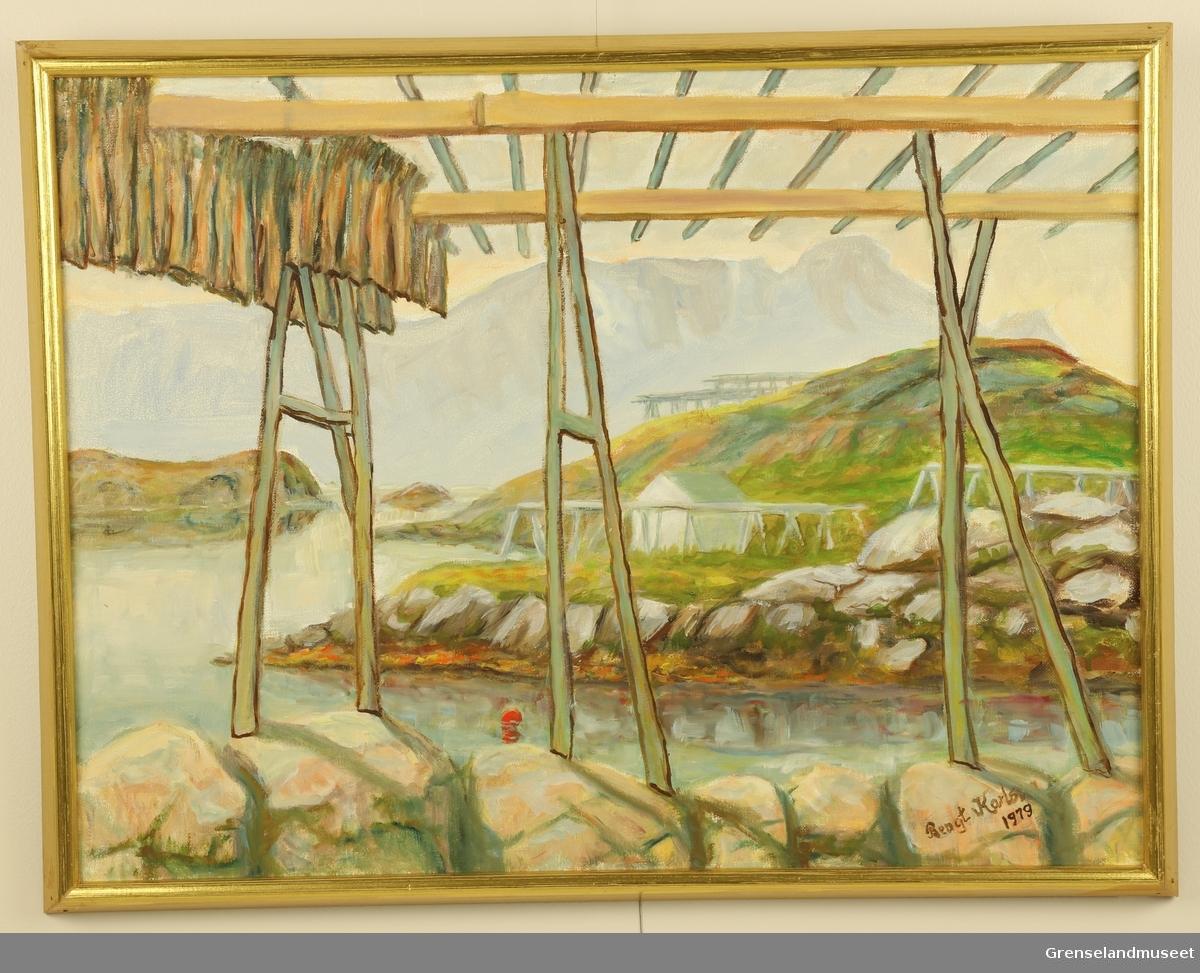 Fisk på hjell i Lofoten. Fjell i bakgrunnen.