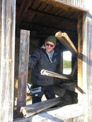 Sten Hauer i gang med å fjerne vinduene. Foto: Privat. (Foto/Photo)