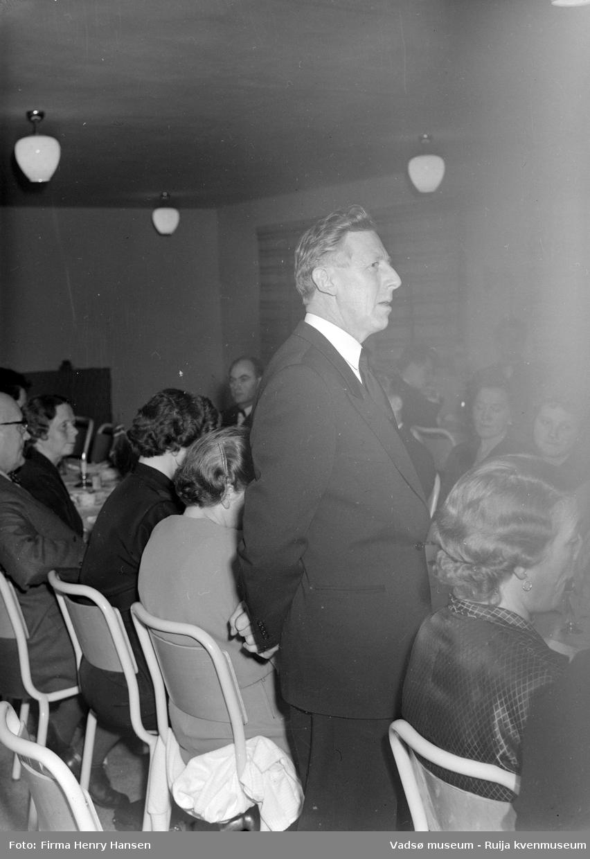 Mannen, ukjent, holder tale, trolig på innvielsesfesten for Vadsø folke- og framhaldsskole 28.10.1956. Kilde: Melding om Vadsø folke- og framhaldsskole for skoleårene 1951/52-1959/1960. Vadsø 1962.