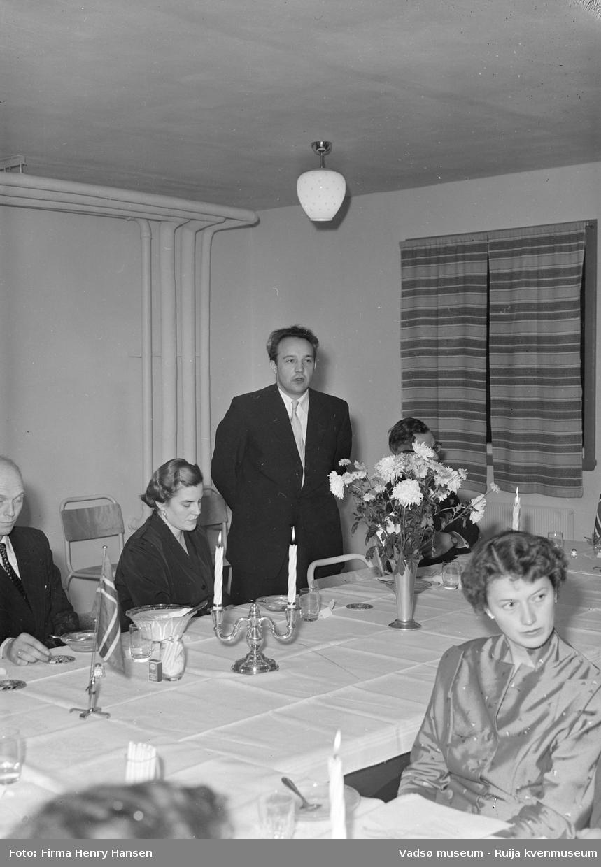 Ordfører Anders Aune holder tale. Bildet er trolig tatt ved innvielsesfesten for Vadsø folke- og framhaldsskole 28.10.1956. Kilde: Melding om Vadsø folke- og framhaldsskole for skoleårene 1951/52-1959/1960. Vadsø 1962.