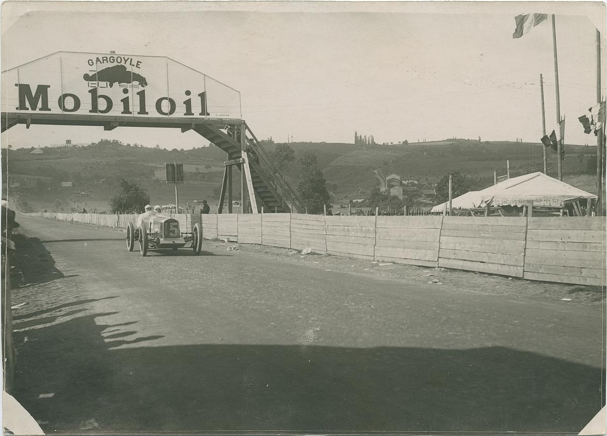Pågående biltävling. Fotografi från John Neréns motorhistoriska samling.