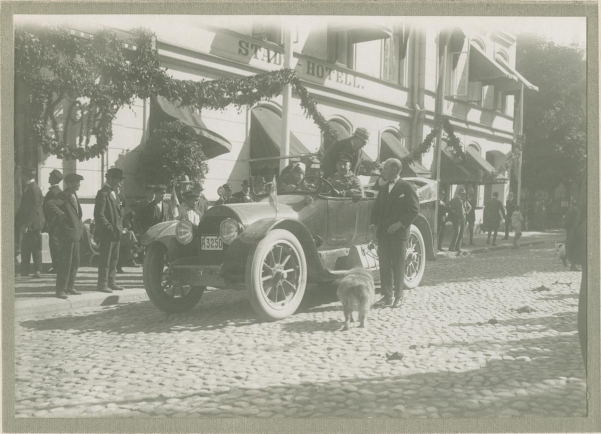 Bil utanför stadshotell. Fotografi från John Neréns motorhistoriska samling.