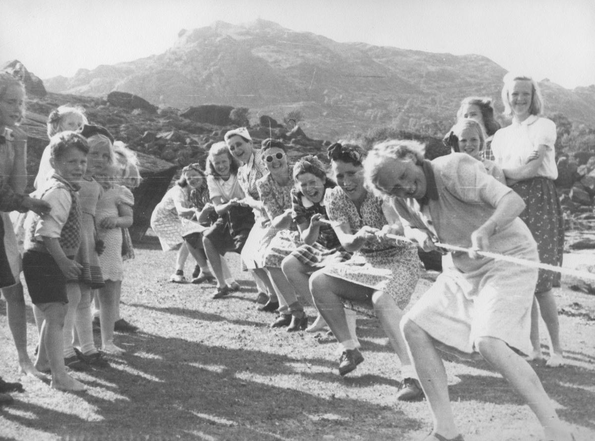 Frikirkens landtur i Gjellestadviken, 1952. Tautrekking.