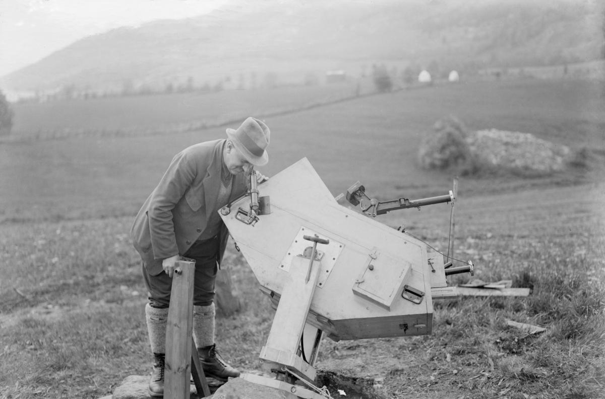 Ringebu. Solformørkelse. Professor Veegard med utstyr til observasjon av solformørkelse.