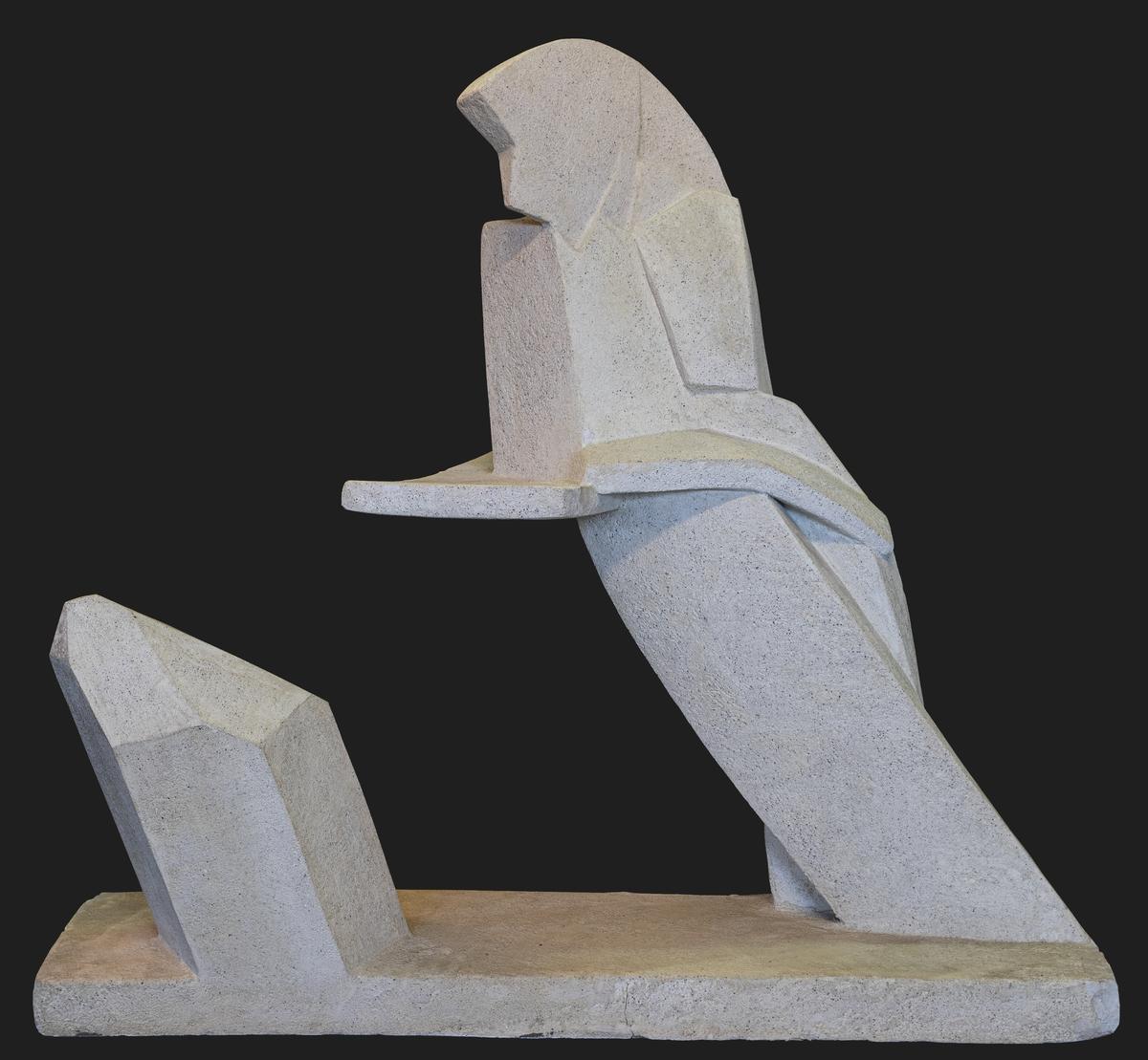 """En abstrakt skulptur. Underst en sockel från vilken en mycket förenklad form/abstrakt form av en människa står lutad mot ett """"stödplan"""" som svävar fritt utan stöd. Bredvid skjuter en bergkristallliknande form upp från sockeln.  Ytan består av ett tunt skikt av ljust grå betong. Betongytan ger intrycket att skulpturen är mycket tung, vilket inte är fallet då kärnan är av frigolit. Hela skulpturen är en spännande lek med tyngdlagen."""