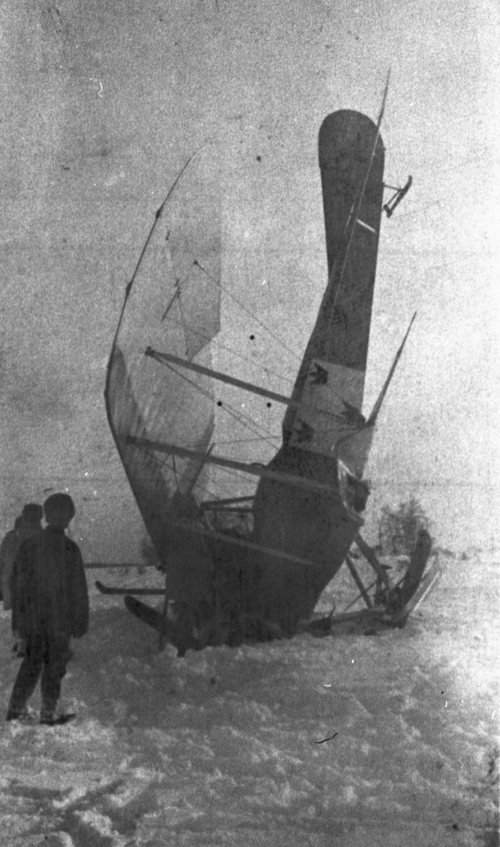 Havererat flygplan Albatros NAB 9 nummer 758 på Malmen den 14 januari 1918. Flygplanet står på nosen. Två personer står bredvid. Vy från sidan.
