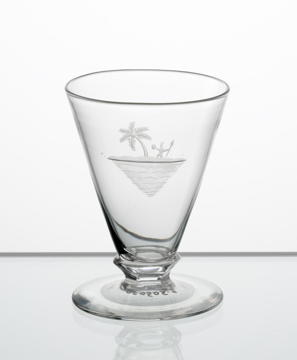 Design: Edward Hald. Brännvinsglas, konisk kupa med fasettslipad knapp mellan kupa och fot. Graverad söderhavsö på kupan.