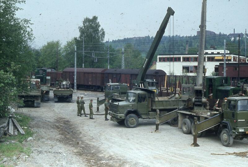 Jernbanevognene har nå ankommet Sandvika Stasjon fra Horten. Ingeniørvåpenet øvingsavdeling fra Hvalsmoen arbeider med å losse materiellet fra jernbanevogn over til lastebiler i mai 1981. (Foto/Photo)