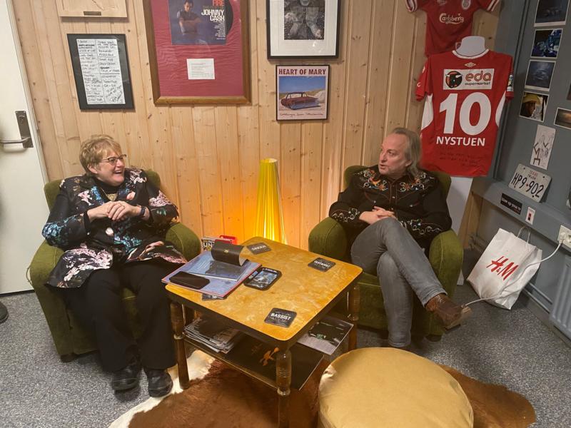 Fra åpningen av Elvis Presley Boulevard på Kongsvinger museum i januar. Skrivestua til Levi Henriksen ble åpnet av kunnskapsminister Trine Skei Grande, her i hjertelig samtale med forfatteren selv. (Foto/Photo)