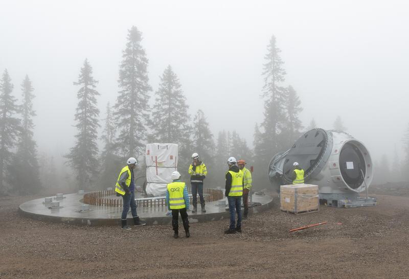 Arbeidere og vindmølledeler ved etablering av vindmøllepark på Finnskogen. (Foto/Photo)