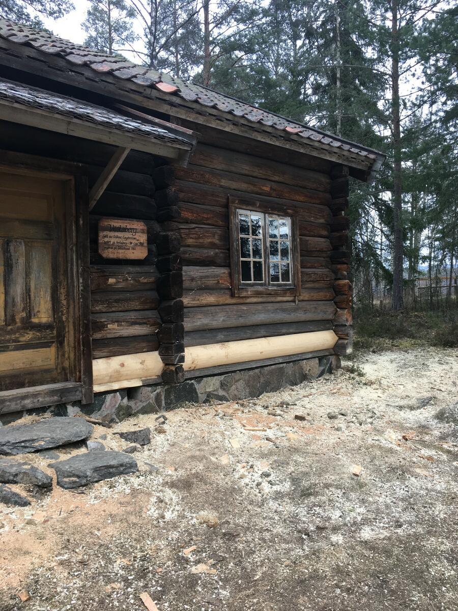 En råtten stokk i Vestabergstua på Odalstuneter skiftet ut. (Foto/Photo)