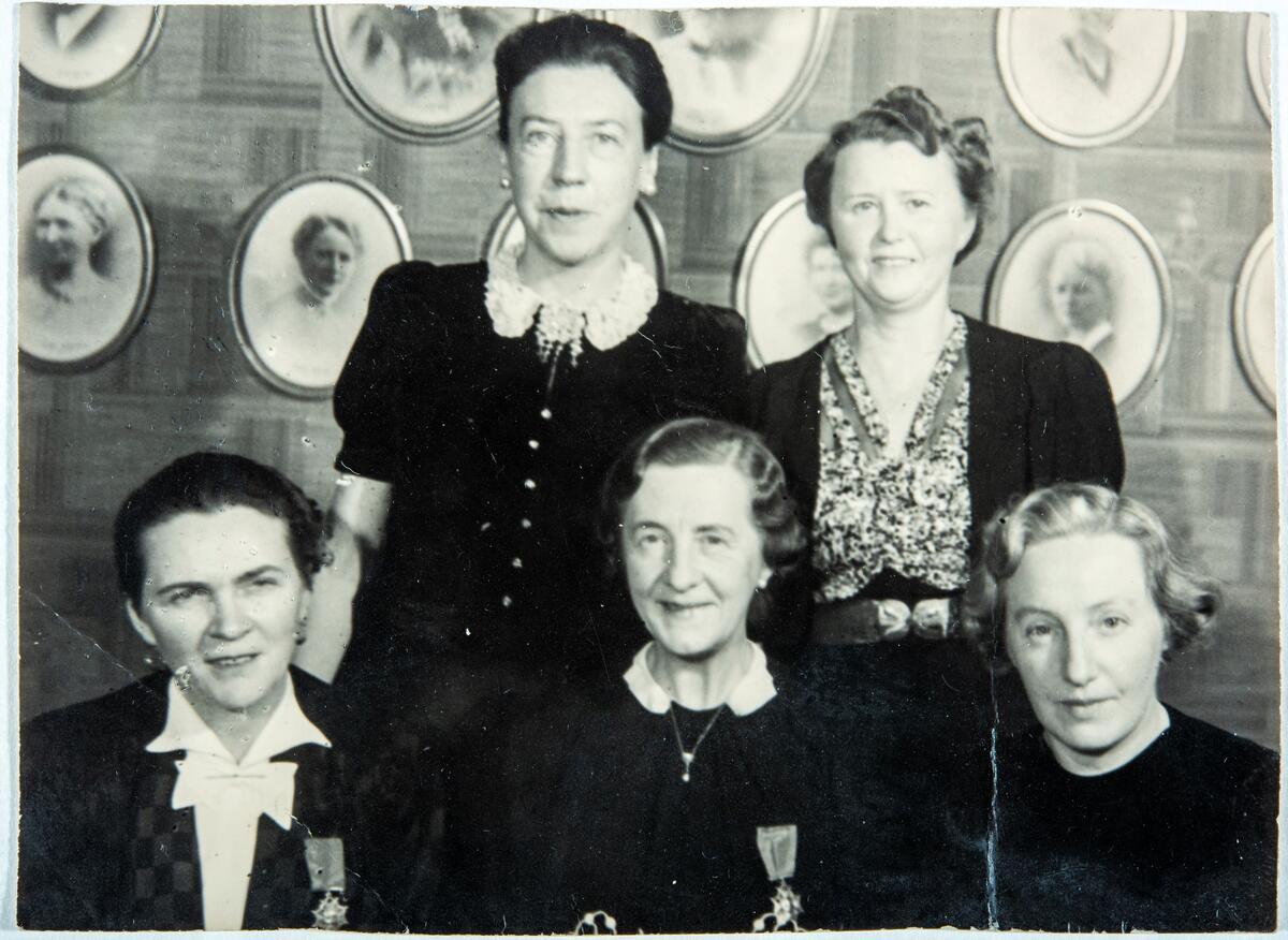 Styret i Oslo Kvinnelige Handelsstands Forening 1940‒1946. Foto: Borgens Atelier/Kvinnemuseet (Foto/Photo)
