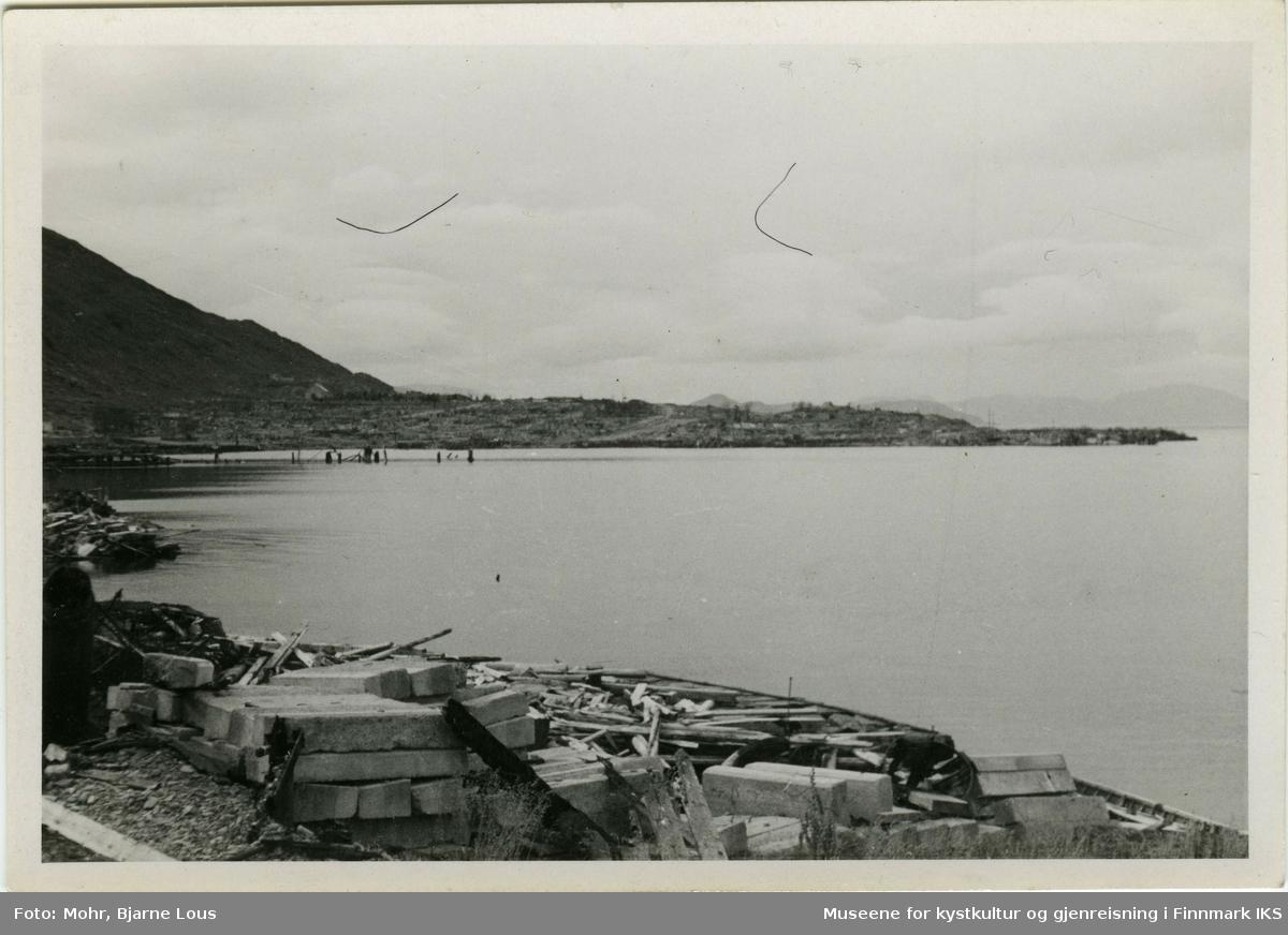 Hammerfest havn etter andre verdenskrig. Kaianlegget til venstre er ødelagt. I bakgrunn ligger ruiner av Hammerfest sentrum.