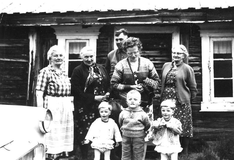 Meløya, Folldal. Familien Kveberg har besøk fra Fredrikstad på setra. Foto: Anno Musea i Nord-Østerdalen. (Foto/Photo)