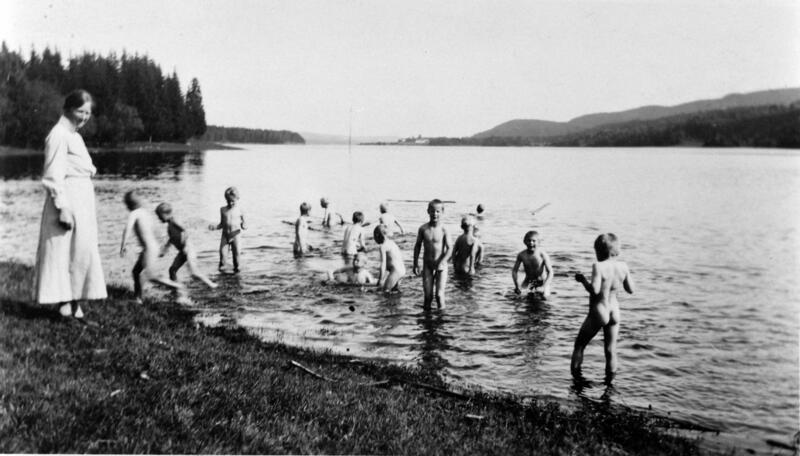Badetid for guttene på Borgen feriekoloni. Mjøsa ved Fangberget, 1946. Foto: Anno Domkirkeodden. (Foto/Photo)