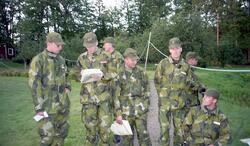 IB 12, fältövning. Officerare på genomgång.  f.vr. Löjtnant
