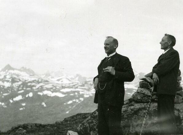 Turister på Skjenegge, Tyin, Jotunheimen, ca.1925. Foto: Knut Hermundstad/Valdres Folkemuseum. (Foto/Photo)