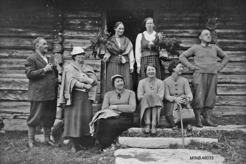 Budeier og turister på Haarsethvollen seter, Tynset, ca. 1937. Foto: Anno Musea i Nord-Østerdalen. (Foto/Photo)