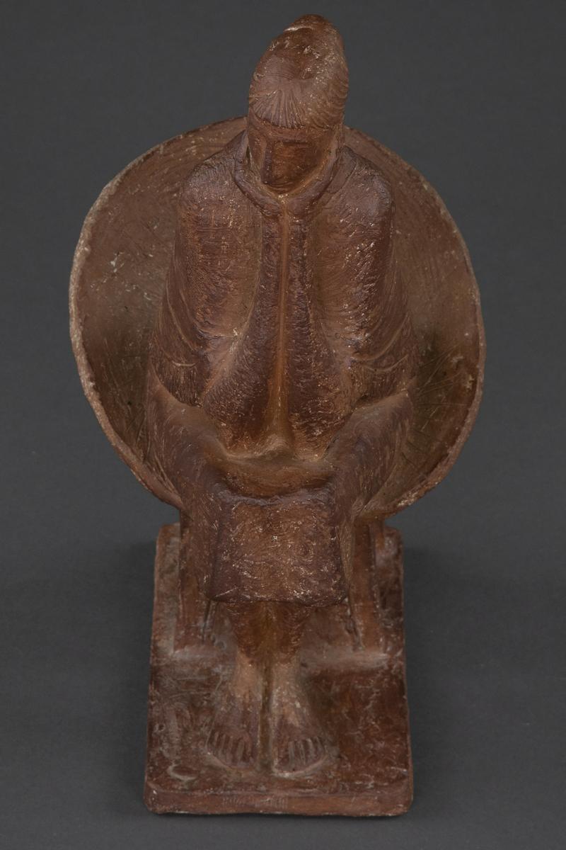Kvinne i kurvstol [Terracottafigur]