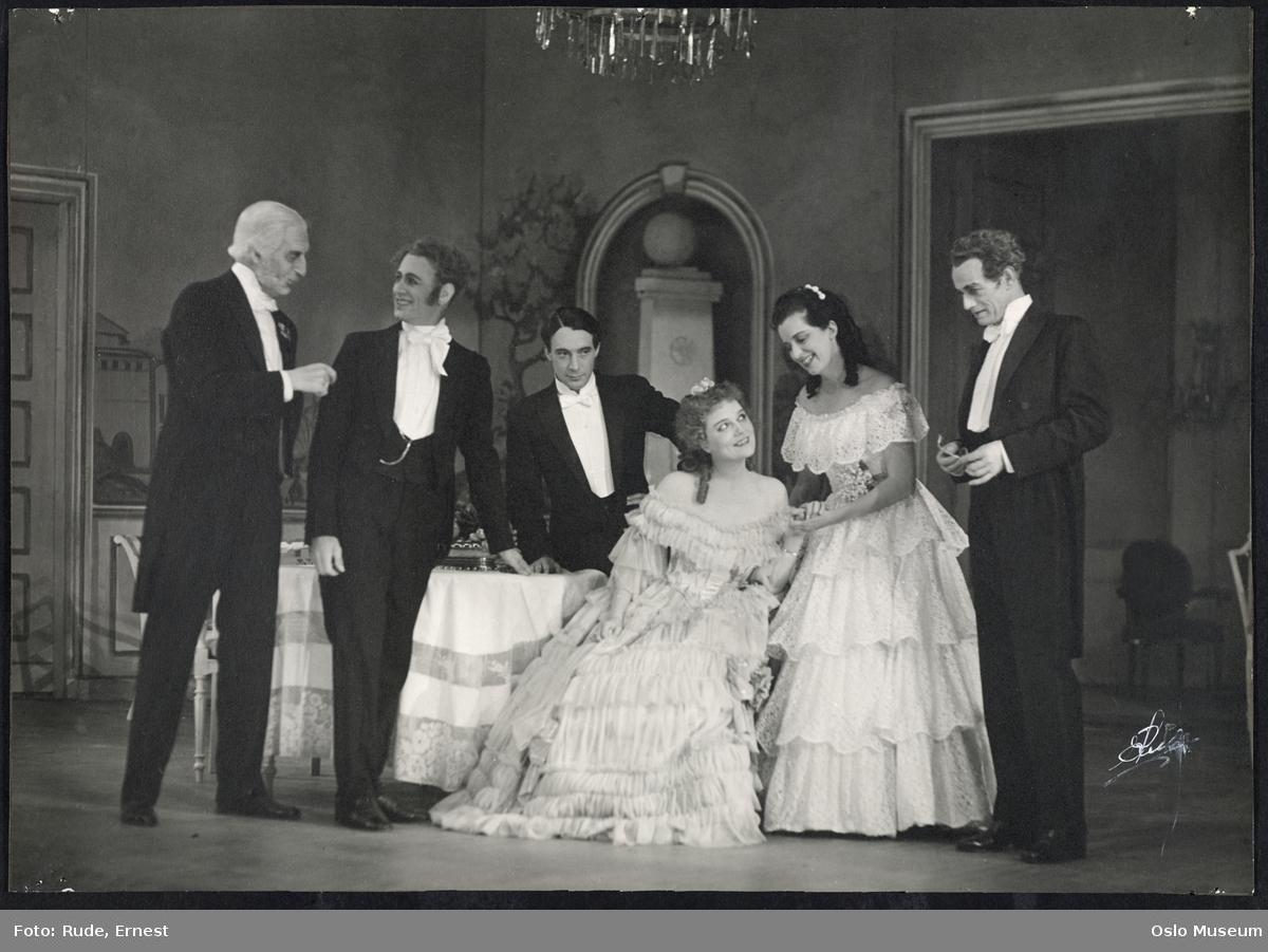 """Nationaltheatret, forestilling, scenebilde, """"De unges forbund"""" av Henrik Ibsen, kvinner, menn, skuespillere"""