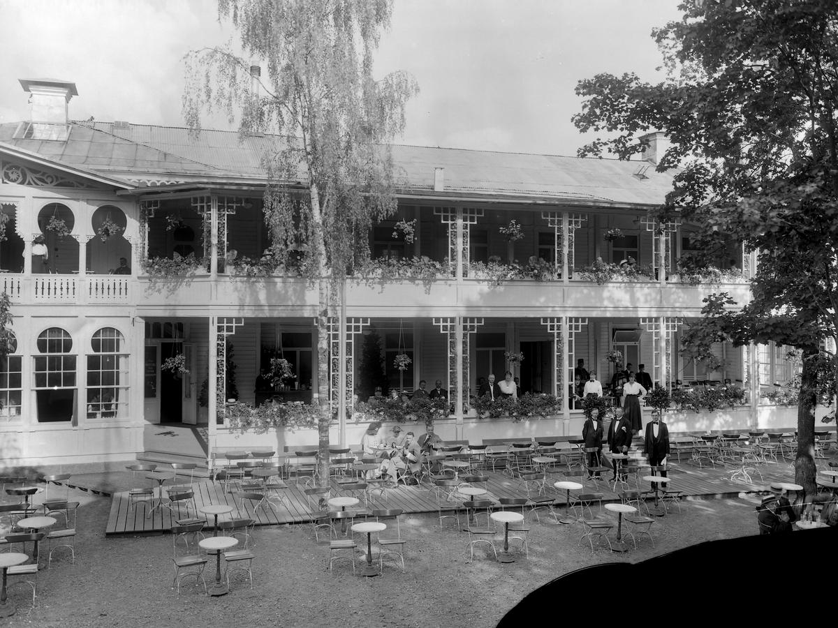 Trädgårdsföreningens restaurang i Linköping.  Linköpings Trädgårdsförening, anlades 1859 av ett bolag på ett av Serafimerordensgillet arrenderat område. Den välskötta anläggningen utvidgades 1871 och är upplåten för allmänheten mot det att staden till bolaget årligen erlägger ett belopp av 300 rdr. Restaurangen byggdes 1881 efter ritningar av Rudolf Ström, dess fasad ändrade utseende många gånger. Restaurangen brann ner till grunden 14 april 1977 och har inte återuppbyggts. Festlokal.