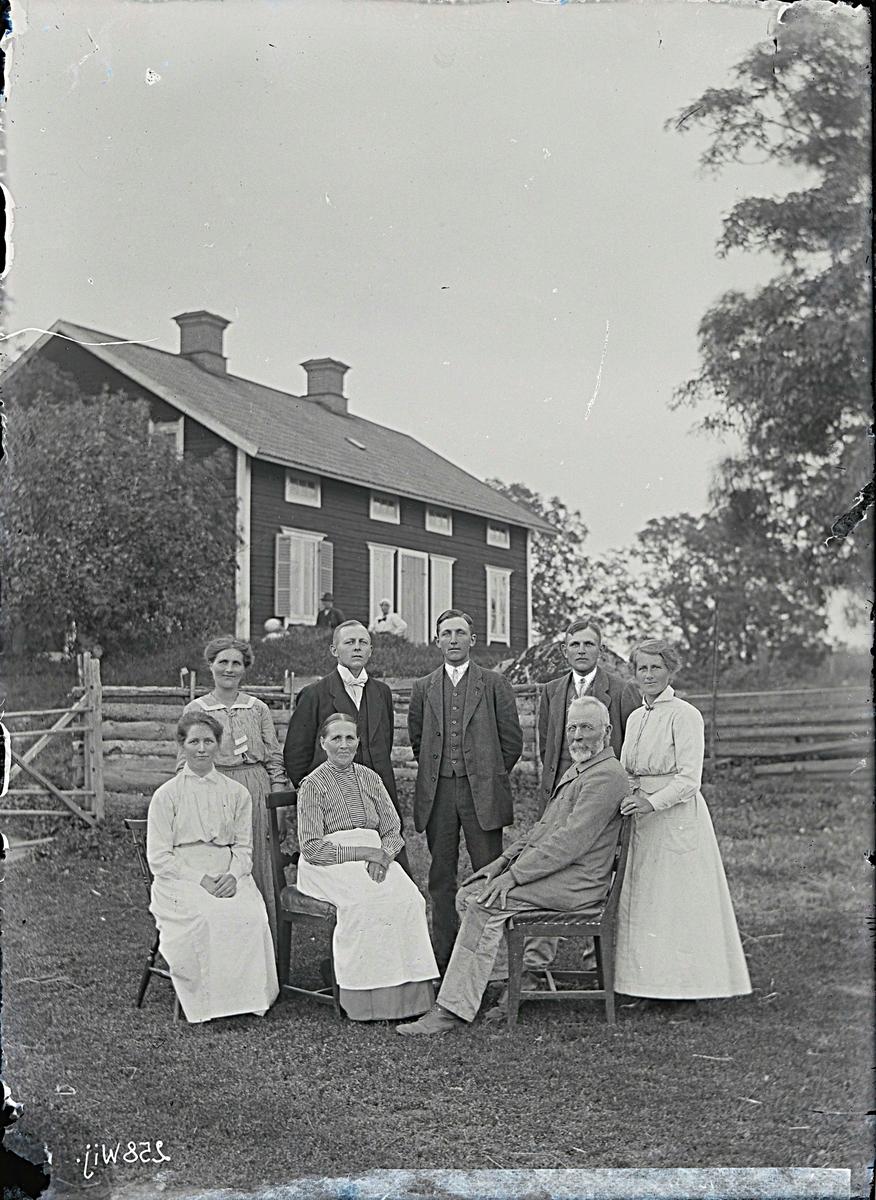 Fotografering beställd av Falk. Sannolikt föreställer bilden Karl Gabriel Falk (1849-1927) och hans hustru Anna Sofia Bergman (1854-1920) samt några av deras barn.