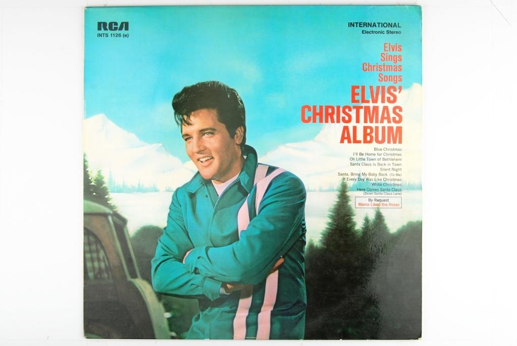 Bilde av Elvis Presley ute i naturen. Fjell dekket med snø i bakgrunnen.