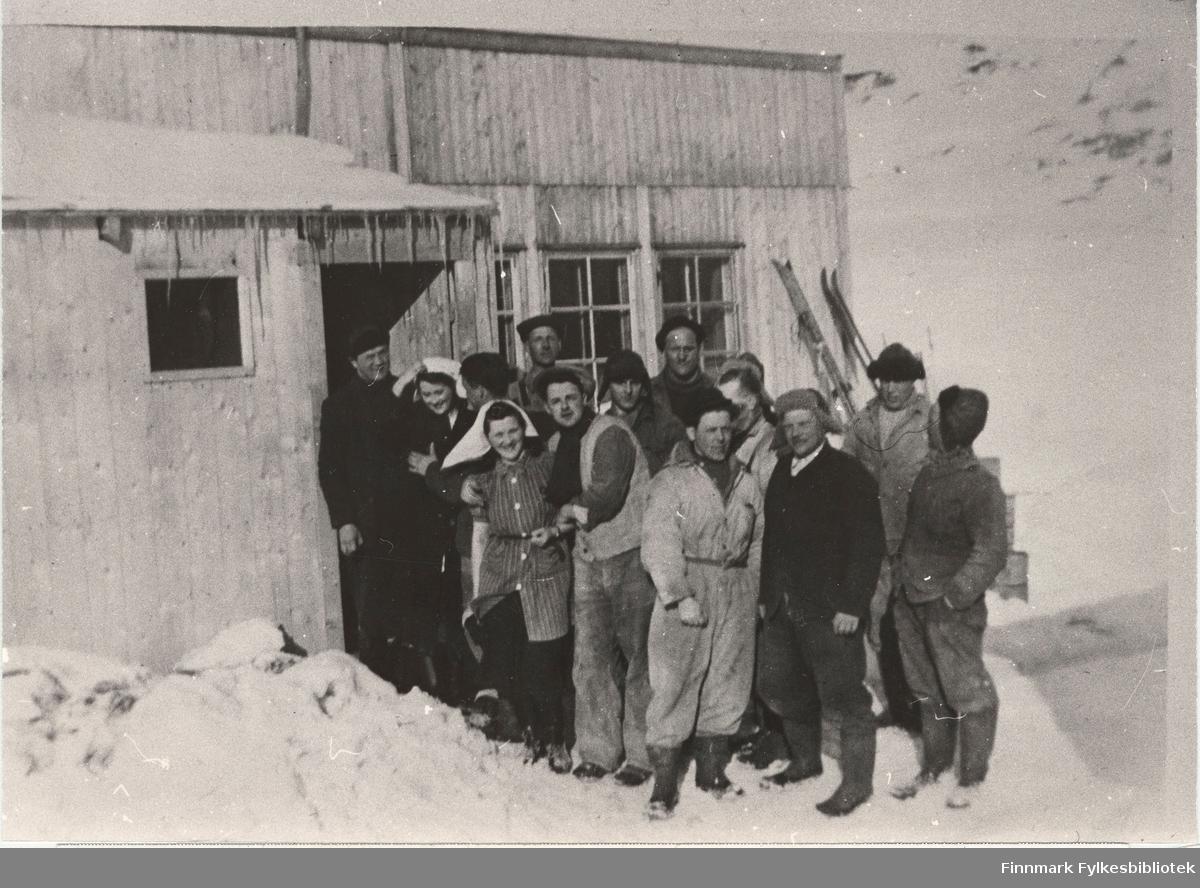 Her ser vi to arbeidslag, utenfor brakka i Nordmanseth i Berlevåg i 1951. Fra venstre ser vi Arne Kvello, nr. 6 Gunnar Jørgensen, nr. 8 (bakerst) Alfred Svendsen og Arne Nikolaisen helt til venstre.