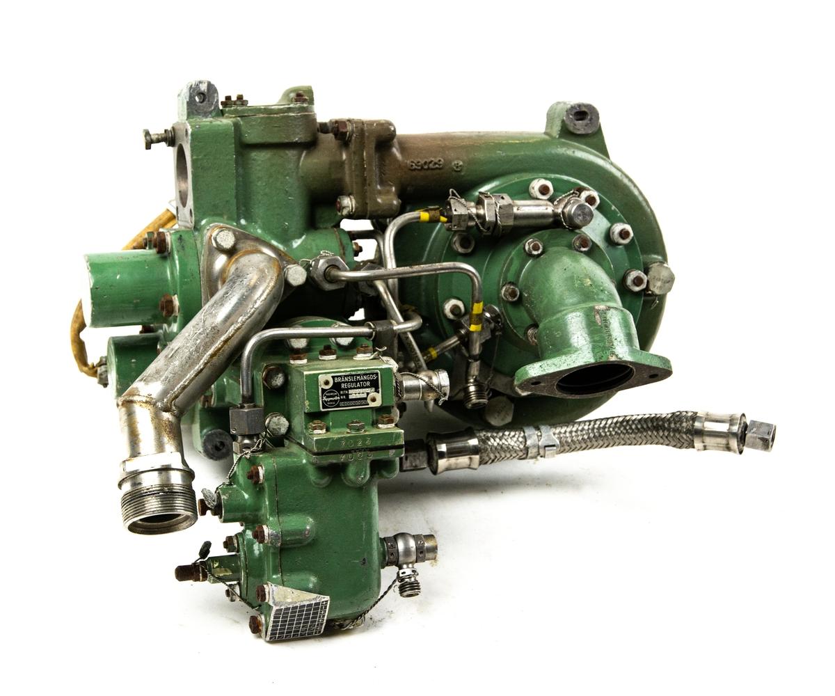 EBK-pump tillverkad av Trollhättan flygmotor. Består av ihopsatta delar; EBK-pump, Turbo-pump, Ventillåda, Bränsletrycksregulator och Bränslemängdsregulator. Grönfärgad. Stansad text SFAKPL700925 8278.
