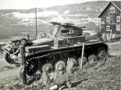 2._Tyske_styrker_ved_Anmarkrud_-_28_april_1940_-_foto_ukjent_Ukjent_-_Bundesarchiv_Koblenz.png. Foto/Photo