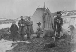 """Samisk leir ved vann """"186"""", Adamselv, 1919. En reindriftsfam"""