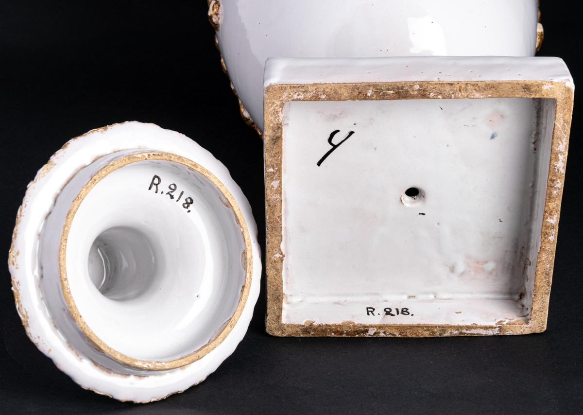 Urna, fajans, dekor i guld. Ladskap, gustaviansk. Marieberg.