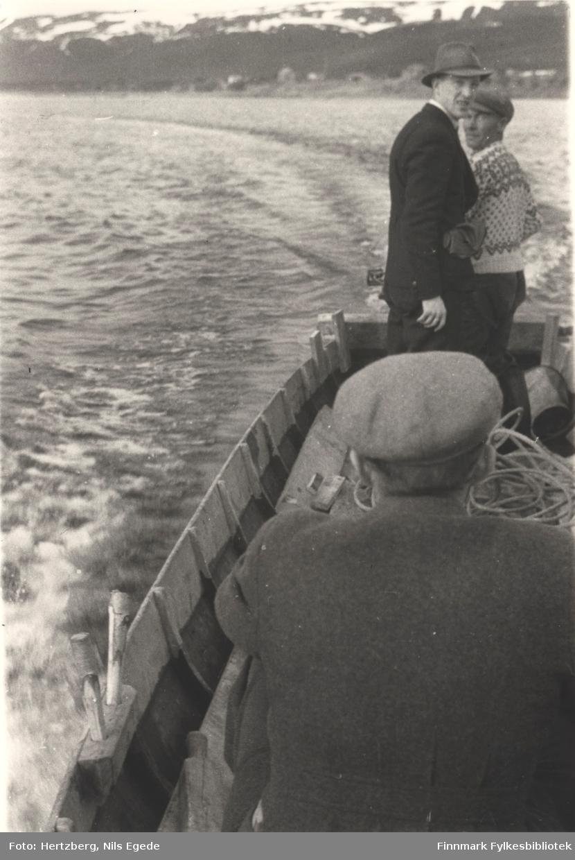 Ferging over Tanaelva med elvebåt, 1946. Fritjof Solem og Bjarne Amundsen er passasjerer. En annen mann fører båten.