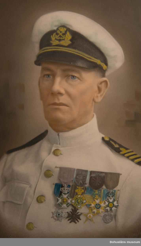 Porträtt utfört i pastell i halvfigur av man vänd något åt vänster. Porträttet avbildar kapten Elmer Göransson (1872 – 1964) klädd i vit kaptensuniform och mössa med märke. På vänster bröst sitter åtta ordensminiatyrer fördelade och fastsydda på två nålar av guldfärgad metall. Porträttet är ramat i en halvoval förgylld och profilerad träram med något välvt glas. På baksidan stämpel med texten: DENNA RAM ÄR SPECIELLT UTFÖRD OCH UTVALD PRIS PÅ RAM KR 35:- INBEGRIPER  ENDAST GLAS OCH  KARTONG  STANDARDPRIS kan icke förändras  UTFÖRANDE OCH MATERIAL GARANTERAS. A/R CHICAGO PORTRAIT COMPANY Porträttet utgår möjligen från ett fotografi, jämför UMFA54467:0588, porträtt på sjökapten Elmer Göransson i uniform med ett antal ordnar och utmärkelser. Fotograf Thure Nihlén, Uddevalla. Se uppgifter om Chicago Portrait Company i länkad artikel under Referens.  Ur punktnummerkatalogen 1958-1976: Kapten E. Göransson, Kungsbacka Porträtt på Göransson