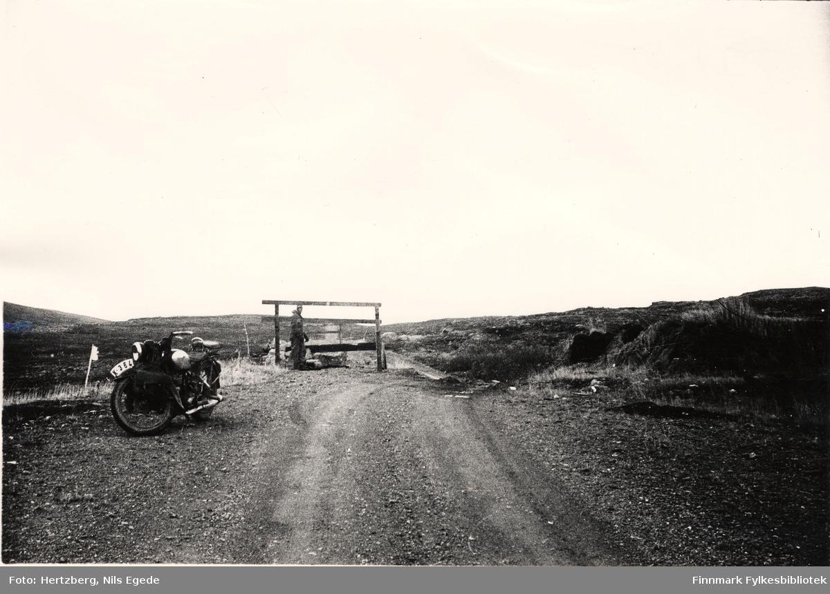 Oppsynsmann Erling Brennevand med motorsykkel på Ifjordfjellet mellom Gurujok og Estuv, 1946.
