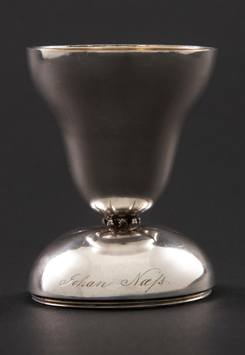 Sølvbeger i to deler, hvorav den ene er halvkuleformet, mens den andre har en konisk form. De kan monteres på to ulike måter: de kan danne et beger på en høy hvelvet fot, eventuelt en lukket pæreform.