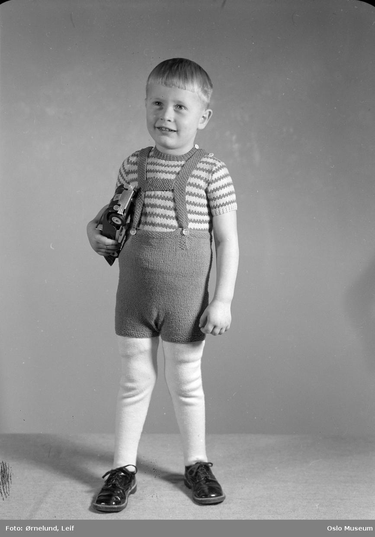 modell, gutt, stående helfigur, strikket jakke og kortbukse