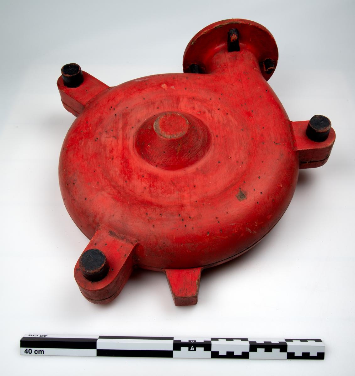 Gjenstanden har to halvdeler. Gjenstandens form er kompisert Gjenstandene er malt i rødt og sort.