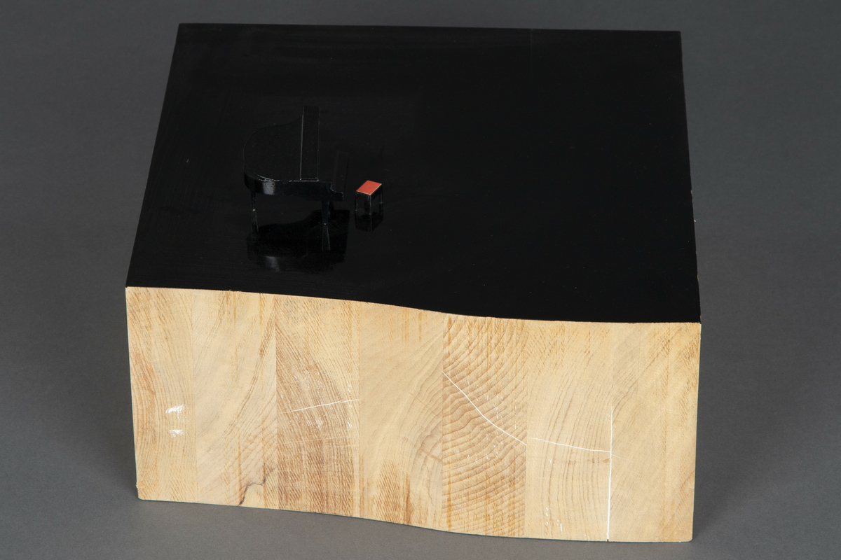 Skulptur i lakkert tre, inkl glassmonter.