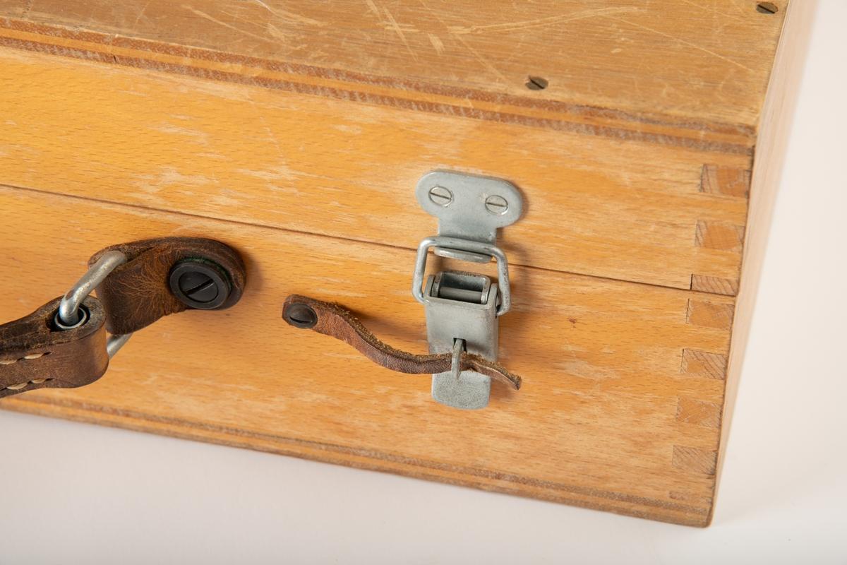 Et feltstereoskopsett. En koffert av tre med håndtak av skinn med kraftige metallspenner. To metallhasper på siden av håndtaket er til å feste lokket med. To tynne skinnstrimler er skrudd fest i én ende og kan brukes til å sikre spennene som holder lokket igjen ved å tre dem gjennom et hull i spenna. Innsiden av kofferten har festet treklosser kledt med grønn filt. Disse er utformet slik at alle delene til stereoskopet sitter fast med god støtte når kofferten er lukket. Det er festet en svart plakett på lokket med produsent, serienummer og land, og en plakett på innsiden av lokket med en oppfordring skrevet på tre språk.   Selve stereoskopet er sammenleggbart og kan brettes ut. Det står på fire ben, ett av dem har justerbar lengde. Bena er festet i hver sin plate som har speil som kan dekkes over med plater som er festet til. På toppen sitter to prismer med speil og to øyeglass som kan vendes slik at de er over prismene, eller på siden, ute av veien. Det er et spor øverst hvor man kan feste et annet optikkstykke.  Et opptikkstykke sitter festet på undersiden av lokket. Dette kan festes på stereoskopet, antagelig for mer forstørring.   Det følger med et stereometer med feste til to glassstykker som også følger med. Dette er en stang med justerbar lengde som er ment legges over et par landskapsfoto. Et glassykket festes til hver ende av stanga.