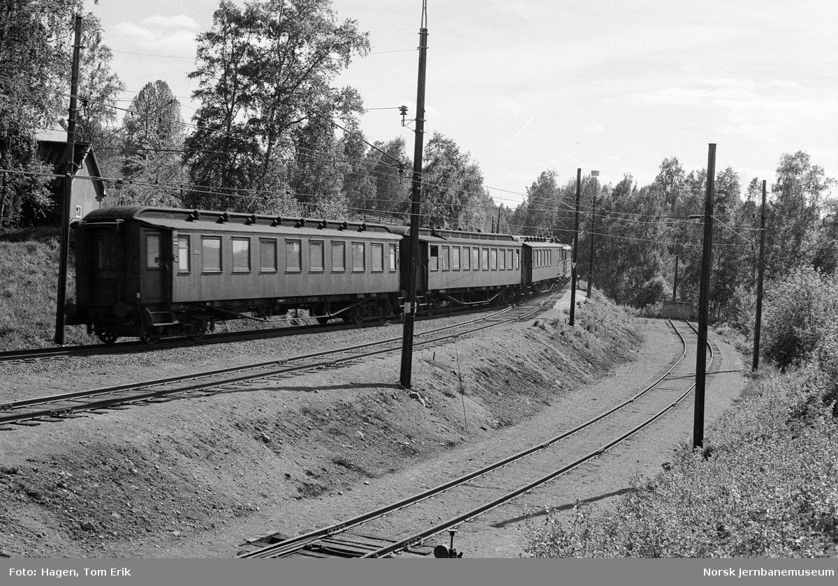 Elektrisk lokomotiv El 11 2146 med persontog retning Oslo i nærheten av Nygard stasjon