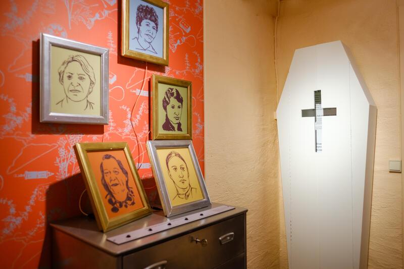 """Fra utstillingen """"HYSJ! Fortellinger om abort og seksualitet"""", Kvinnemuseet. Foto: Ali Suliman/Anno museum, 2021 (Foto/Photo)"""