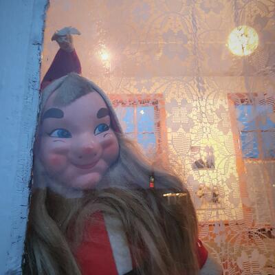 Julenisse kikker ut vinduet (Foto/Photo)
