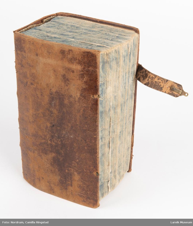 Form: trukket i brunt skinn, to spenner,hvorav den ene ... felt15: mangler ... felt19: A. Backer (g.m. U.A. Bugge)