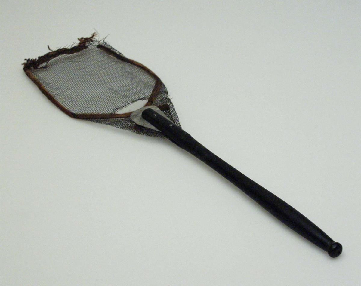Fluesmekker i metall med dreid svart treskaft. Metallnettet er forsterket med en snor.