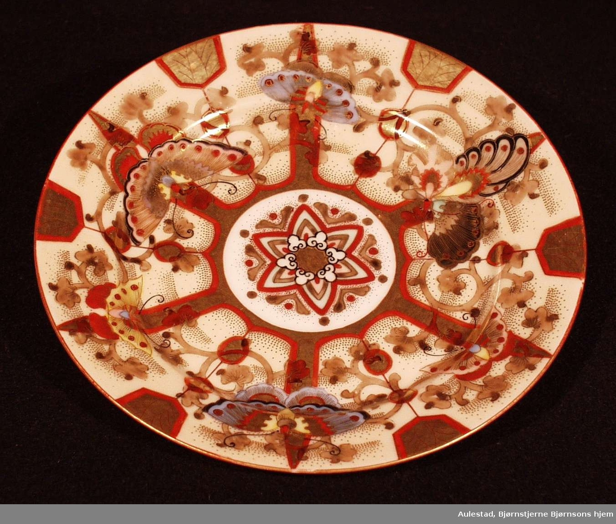 Trolig kinesisk. Polykrom dekor, stjerne i midten på lys bunn.