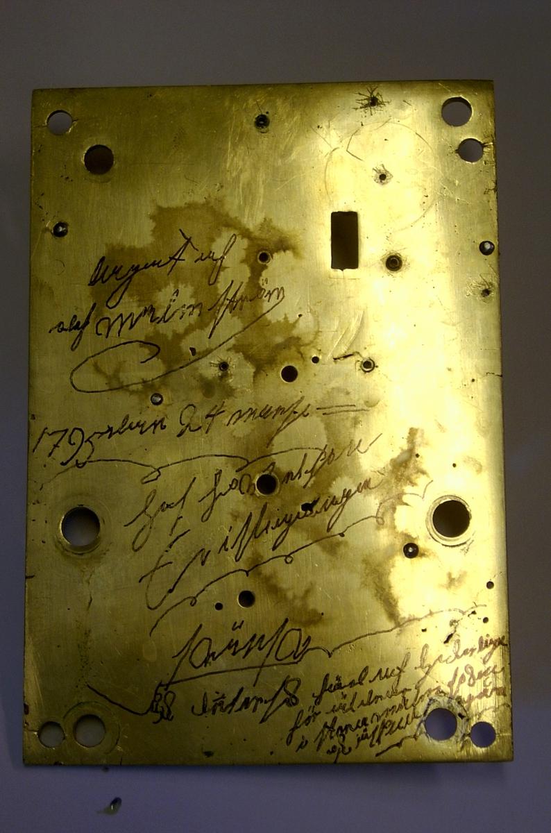 """Uret er et tradisjonelt gulvur laget i England. Tallskiven er av typen """" White dial"""" hvitmalt metallskive som her er merket med """"London"""". Uret har romertall og sekundviser. Det er ingen andre signaturer på urskive eller urverk som kan knytte uret til produsenten.  Urverket er laget i meget god kvalitet, litt over gjennomsnittlig for tilsv. urverk. Bakplatinen / verkplaten er polert og alle deler i urverket er godt bearbeidet i god engelsk tradisjon. Disse urverk ble laget i hele Storbritannia og tallskiven viser at uret ikke tilhører ur laget i de store byer. Ur med slike malte tallskiver betegnes som landsklokker og avviker med sin malte tallskive fra Londonurmakeriets fine messingskive med støpte ornamenter. Under demontering fremkom det at uret hadde vært til reparasjon flere ganger tidligere. Urverket har en tilbakevikende slepegang i normal engelsk type. Slaget er av typen rekkeslag med repetérarm og slag på hel time. (redigert fra urmakermester Erik Ødegaards rapport)"""