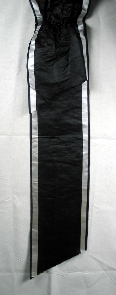 Begravelsessløyfe i svart silke uten tekst.